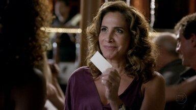 Wanda tenta aliciar Julinha - Ela a aborda na gafieira e lhe entrega um cartão