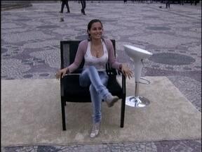 Você sabe cruzar as pernas como Sharon Stone? - A repórter Geovanna Tominaga vai às ruas fazer o teste com a mulherada