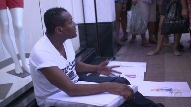 Estilista que desenhava nas ruas foi parar na internet - José Carlos Ferreira criava a partir dos manequins das lojas