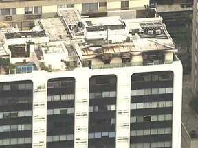 Perícia investiga causas de incêndio no apartamento de Sérgio Côrtes - De acordo com os bombeiros, o próprio secretário iniciou o combate às chamas e acabou inalando muita fumaça. Sérgio Côrtes foi retirado do apartamento desacordado.