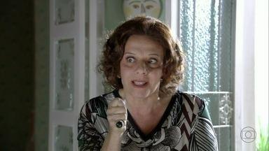 Cacilda afirma para Áurea que Érica não desistirá de Théo - A mãe de Théo teme que o filho realmente se case com Morena