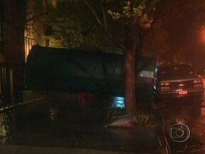 Enchente deixa trabalhadores presos em estação de energia em Manhattan (EUA) - Por conta das enchentes ocasionadas pelo furacão Sandy, 19 trabalhadores estão presos em uma estação de energia em Manhattan (EUA). Segundo a Rede CNN, 10 pessoas morreram por conta da tempestade.