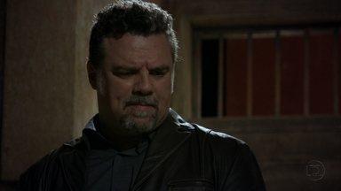 Russo ameaça acabar com a vida de Jéssica - Santiago Moura, o brasileiro, revela para Irina e Wanda que estava pensando em negociar o passe de Jéssica com elas