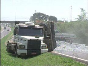 Pneu estoura e caminhão tomba em rodovia de Itapetininga, SP - Um acidente deixou uma das faixas da rodovia Raposo Tavares interditada na tarde desta quarta-feira (31). Um caminhão carregado com calcário tombou na pista depois que um dos pneus dianteiro estourou.