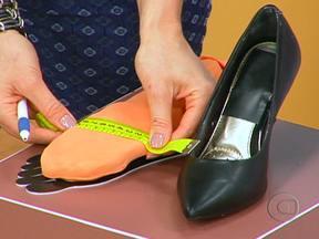 Saiba como manter os pés saudáveis - Existem alguns mitos e verdades sobre o cuidado com os pés. Usar sapato apertado, por exemplo, realmente pode encravar as unhas. Já chulé ser falta de higiene é mito.