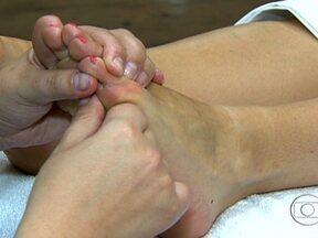 Reflexologia ativa o sistema nervoso central - Os pés não precisam apenas de limpeza e medicamentos, mas também de uma massagem. A reflexologia faz bem para o corpo inteiro. Determinados pontos dos pés, quando tocados da maneira certa, ativam o sistema nervoso central e promovem o relaxamento.
