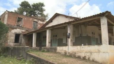 Famílias do Cabo pedem na Justiça revisão do valor de desaproprição de casas - Os imóveis foram desapropriados pela prefeitura e transformados em prédios públicos. Os ex-moradores dizem que querem os imóveis de volta.