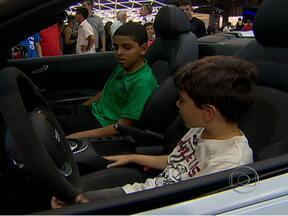 Crianças enxergam o futuro dos carros no Salão do Automóvel - Dois meninos de 10 anos, que nasceram junto com o AutoEsporte, visitaram o Salão do Automóvel e apontaram o que esperam da indústria automobilística para os próximos anos.