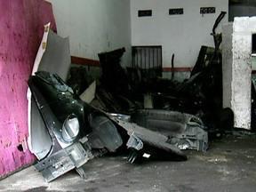 Quadrilha que desmanchava carros em SP é presa - Os policiais encontraram três carros. Um já estava desmontado. Os outros dois estavam inteiros e um deles era usado para o transporte das peças. Três pessoas foram presas.