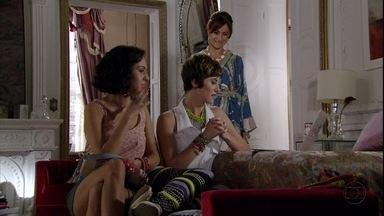 Berna vê Aisha acessando site de pessoas que procuram suas famílias - Ela fala para Mustafa que pediu para Stenio não encontrar a família de Aisha