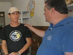 Pais saem em busca de jovens que abandonaram a escola - No estado do Rio de Janeiro, pais se organizam em grupos e saem em busca de jovens que abandonaram a escola. A missão: convencê-los a voltar para sala de aula.