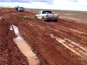 Grande quantidade de chuva traz problemas para estradas na Bahia - Com o alto volume de chuvas dos últimos dias, as estradas que dão acesso às lavouras no oeste do estado, não estão em condições de tráfego. Os buracos e a lama tomam conta de alguns trechos das vias, o que gera um aumento no custo do transporte.