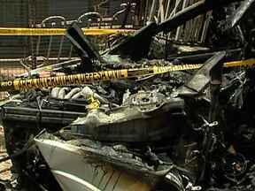 Acidente com carro mata duas pessoas no Méier - O carro ficou completamente destruído. O motorista perdeu o controle da direção e bateu num poste. O veículo começou a pegar fogo e os vizinhos ainda tentaram apagar as chamas.