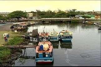 Barco afunda e aposentado desaparece no mar, na Serra, no ES - Sílvio Sampaio saiu para pescar com amigos, mas o barco deles afundou.Um deles conseguiu se salvar e o outro foi resgatado por pescadores.