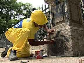 Prefeitura gasta cerca de R$ 1 milhão para limpar monumentos públicos da cidade - Vários monumentos, que fazem parte do patrimônio público da cidade, sofrem pichações, roubos e depredações. Câmeras de segurança devem ser instaladas para monitorar as ações dos vândalos e identificá-los.