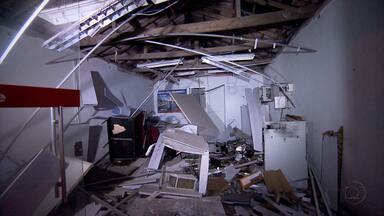 Criminosos explodem caixa eletrônico em Prudente de Moraes - Quatro homens encapuzados invadiram a agência.