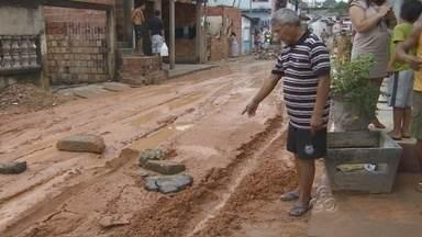 Após chuva, deslizamento em aterro de obra preocupa moradores, no AM - Mais uma ocorrência foi registrada devido à chuva na madrugada deste domingo (11). O aterro de uma obra em um condomínio localizado na Ponta Negra, Zona Oeste de Manaus, desabou na Rua Vitória, bairro Lírio do Vale I.