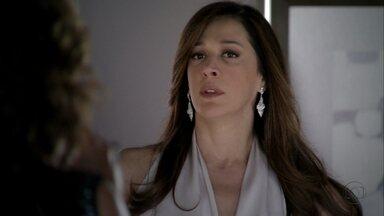 Wanda e Lívia conversam sobre o encontro com Santiago - Helô e Barros levantam a ficha de Wanda e a delegada manda juntar seus documentos ao processo. Drika reclama de Fatma para a mãe