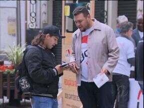 Manifestação pede redução na taxa de juros dos cartões de crédito - Manifestantes buscam assinaturas para fazer o Congresso Nacional votar uma lei que force as administradoras a baixarem os juros.