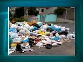 Telespectadores flagram montanhas de lixo na Baixada Fluminense - O morador de Nilópolis, Bruno Araújo, fez imagens de muito lixo espalhados pelo município. A prefeitura informou que a coleta está regular e vai analisar o vídeo para verificar se o problema é pontual.
