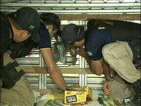 Polícia encontra muamba em fundo falso de caminhão - Motorista, caminhão e mercadorias foram encaminhados a Receita Federal