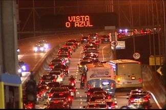 Motoristas encontram problemas no trânsito da Terceira Ponte, no ES - Nesta segunda, a volta pra casa pela Terceira Ponte foi complicada. O trânsito ficou engarrafado no sentido Vitória - Vila Velha devido a um acidente.