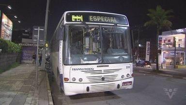 Criminosos invadem ônibus e rendem passageiros em Guarujá, SP - Durante o roubo a arma usada pelos bandidos disparou e causou pânico.