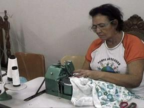 Voluntárias ajudam mães que não podem comprar enxoval do bebê - As voluntárias da Oficina Dorcas, costuram, desde 1996, roupinhas para o enxoval de bebês. Elas se reúnem toda semana no galpão de uma igreja da Praça do Bicalho. As costureiras produzem cerca 1.200 peças por mês.