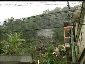 Defesa Civil coloca Nova Friburgo, RJ, em estado de Alerta Máximo - Ruas ficam alagadas e uma casa desaba na região serrana, sem registro de feridos.