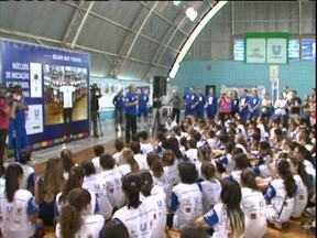 Bernardinho celebra 15 anos de projeto de iniciação no vôlei - Programa de formação iniciado em Curitiba atende 700 jovens atletas