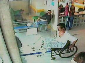 Preso foge de hospital universitário de Florianópolis em uma cadeira de rodas - Maurício Jones dos Santos Alves é um presidiário em liberdade condicional. As câmeras do hospital mostram que ele empurra a cadeira pelo saguão. Quando fica sozinho no estacionamento, levanta, dobra a cadeira, rouba um carro e foge.