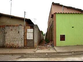 Beco nos bairros São Bento 1 e 2 gera polêmica em Uberaba, MG - Prefeitura construiu um muro para fechar beco que liga os dois bairros. Ministério Público chegou a sugerir que uma rua fosse aberta no local.