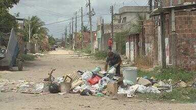 Em Jaboatão, comunidade sofre com vários problemas e está difícil até sair de casa - Moradores de Cajueiro Seco reclamam de obra de calçamento parada, esgoto, lixo e poeira. Esta é a terceira vez que o Calendário do NETV volta ao local.