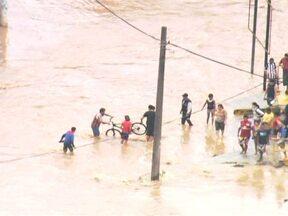 Moradores de Itapevi passam o dia calculando prejuízos provocadas pela chuva - Nesta terça (13), os moradores de Itapevi passaram o dia tentando calcular as perdas provocadas pelo temporal de segunda (12). Aproximadamente 5 mil famílias foram atingidas pela chuva, que deixou a cidade debaixo d'água.