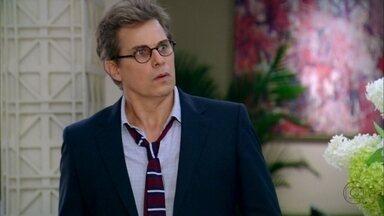 Felipe deixa a casa de Roberta no momento em que Nando chega - Ele pergunta o que o motorista faz ali
