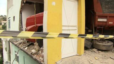 Duas pessoas ficam feridas em dois acidentes em Belo Horizonte - Caminhão atingiu uma casa na capital mineira.