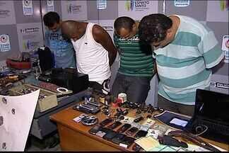 Quadrilha suspeita de adulterar carros é presa na Serra, no ES - Polícia chegou ao local através de denúncia anônima de tráfico de drogas.