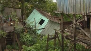 Casa de madeira tomba em área de risco e assusta família em Manaus - A estrutura de uma casa de madeira caiu em uma área de palafita na Comunidade Bariri, bairro Presidente Vargas, Zona Centro-Sul de Manaus, na manhã desta terça-feira (13). Não houve feridos.