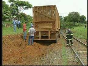 Acidente entre trem e caminhão assusta moradores de Cedral, SP - Um acidente envolvendo um trem e um caminhão nesta terça-feira (13) assustou os moradores de Cedral (SP). Segundo a polícia, o caso ocorreu em uma passagem de nível que atravessa a vicinal que liga a cidade ao município vizinho de Uchoa (SP).