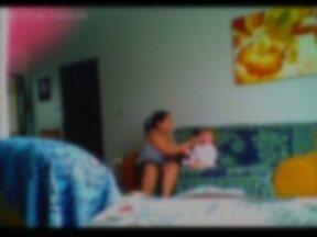 Polícia investiga denúncia de agressão a bebê em Planaltina - A mãe da criança filmou os maus-tratos da babá. As imagens foram registradas por uma microcâmera instalada pelos pais do bebê. A babá agrediu o bebê de apenas 1 ano e 8 meses.