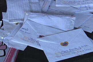 Correios tem previsão de atender pelo menos 10 mil cartas para o Papai Noel, em Goiás - As agências dos Correios já estão recebendo as cartinhas para o Papai Noel. O bom velinho está a procura de voluntários para a entrega de presentes.
