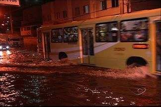 Chuva forte traz prejuízos para a Grande Vitória e interior do ES - Ruas ficaram alagadas na Grande Vitória. Em Linhares, comunidade ficou isolada. Em Anchieta, a força da água arrancou parte do calçamento.