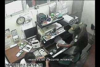 Imagens de câmera de segurança mostram assalto a cooperativa de taxi no aeroporto - Homens estavam usando farda da Polícia Militar.