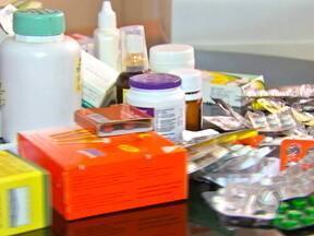 Uso indiscriminado de remédios que não precisam de receita pode ser risco a saúde - A Associação Brasileira de Medicamentos Isentos de Prescrição divulgou uma lista dos remédios mais consumidos nas farmácias. Os analgésicos, anti-térmicos e anti-ácidos lideram o ranking do consumo.