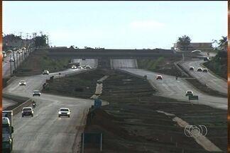 Veja como andam as obras de duplicação da BR-060, em Goiás - A equipe de reportagem percorreu os trechos entre Jataí e Goiânia. Você vai ver agora um balanço de como está o andamento da maior obra rodoviária do país.