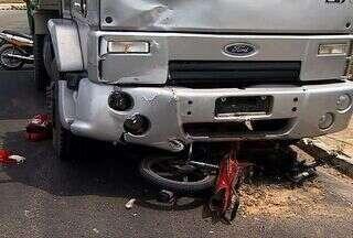 Desrespeito às leis de trânsito vitima mais um motociclista na Zona Sul de Aracaju - O acidente aconteceu na rota da fuga no bairro Santa Lúcia. O motociclista morreu e o acompanhante ficou gravemente ferido. Caçamba arrastou a moto por vários metros.