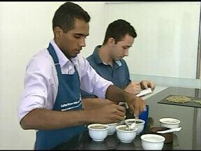 Café produzido em Monte Carmelo, MG, começa a ser exportado - A Cooperativa dos Cafeicultores do Cerrado Mineiro, em Monte Carmelo, MG, na região do Triângulo, realizou esta semana o primeiro embarque para o Japão, do café com o selo de origem e qualidade.