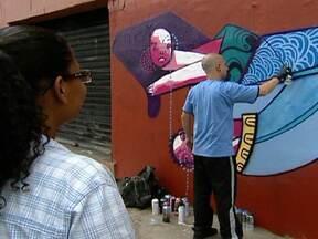 Grafiteiros ajudam a melhorar visual das áreas mais maltratadas de São Paulo - Ao cruzar a passarela das noivas, na região da Luz, as pessoas irão notar um colorido diferente. O local é um dos 20 pontos da capital que vão ganhar uma cara nova pelas mãos dos grafiteiros.