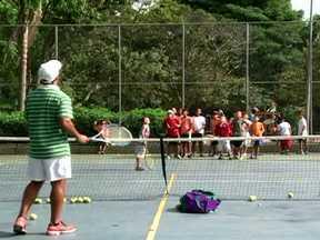 Porteiro e vigilante dão aulas gratuitas de tênis na COHAB Adventista - O projeto Tênis no Parque tem o objetivo de incentivar as crianças da comunidade a praticarem esporte e saírem das ruas. Os moradores elogiam a iniciativa dos organizadores do projeto.