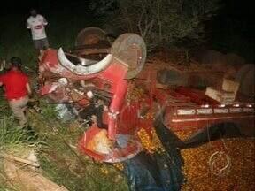 Acidente termina em morte em Nova Fátima - O caminhão estava carregado de laranjas e o motorista perdeu o controle em uma curva.